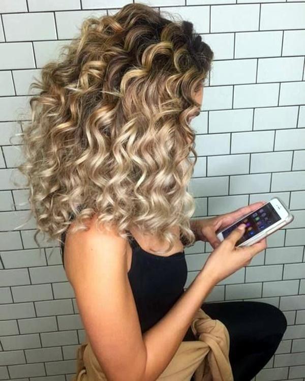 45 stilvolle lockiges Haar Frisuren für Frauen in der Liebe mit Raffinesse