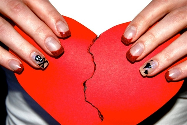 20-disastrously-festive-anti-valentine-nail-arts-for-those-who-arent-in-love-this-year-2